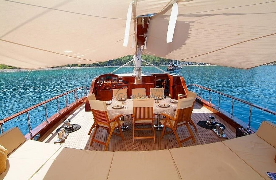 There are 1 master, 1 vip, 2 twin cabins in our boat, which has a length of 32 meters and a width of 7.4 meters.