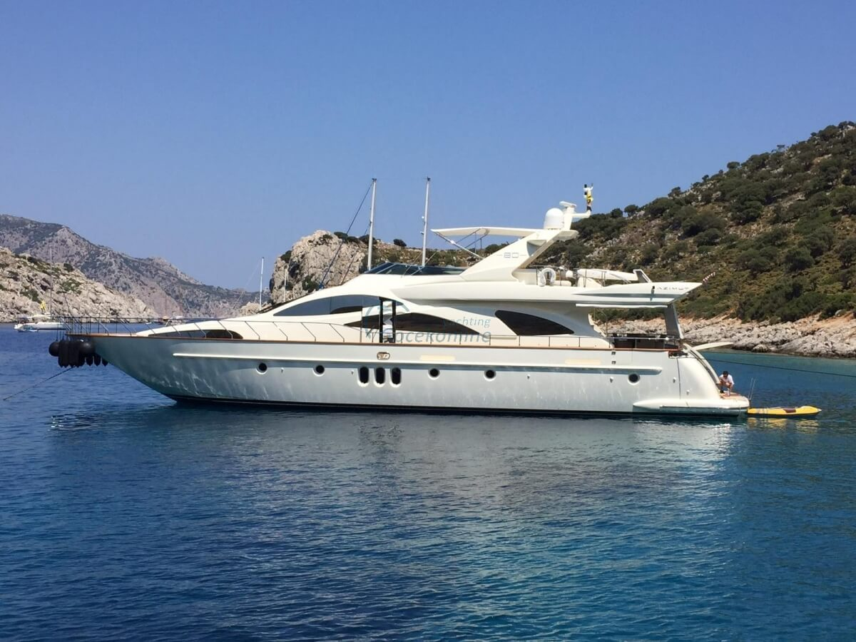 You can enjoy the unique beauty of the bays with Azimut 80, which offers you a Luxurious blue cruise.