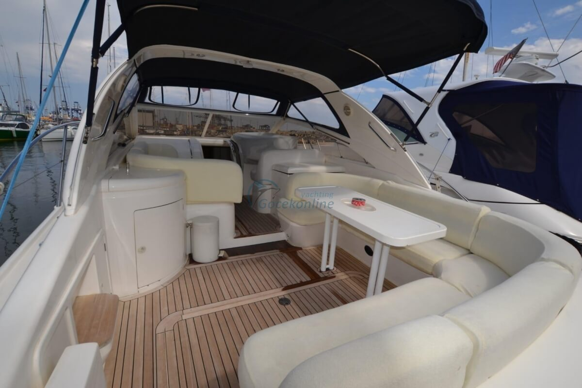 There are 1 master, 1 twin cabins in our boat, which has a length of 12 meters and a width of 4 meters.