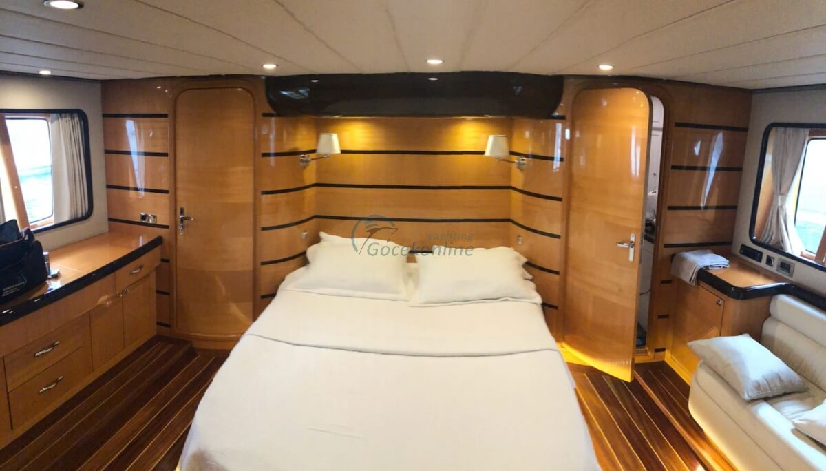 There are 2 master, 1 twin, 1 single cabins in our boat, which has a length of 22 meters and a width of 5.5 meters.