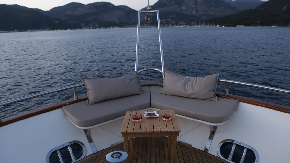 There are 1 vip, 1 master, 2 twin cabins in our boat, which has a length of 26 meters and a width of 6 meters.