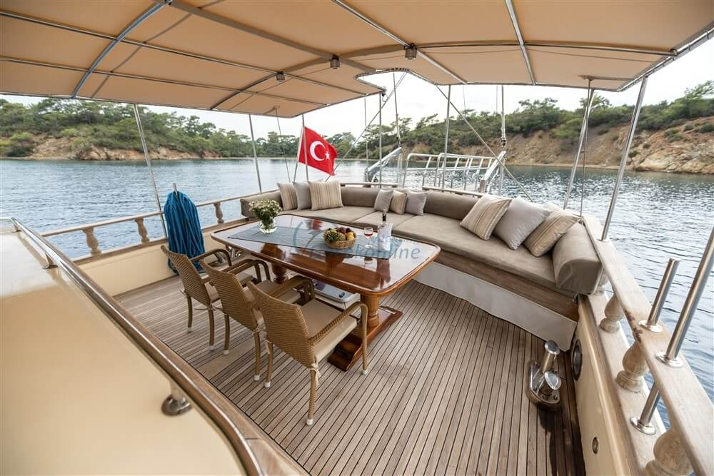 Our boat is at your disposal for a peaceful and enjoyable holiday with a team of 5 people.