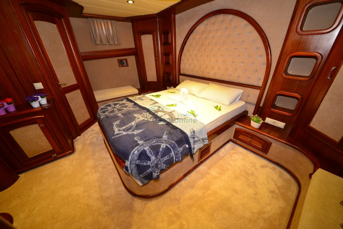 Located in the Luxury category, our boat has the capacity to accommodate up to 10 people on your blue cruise holiday.