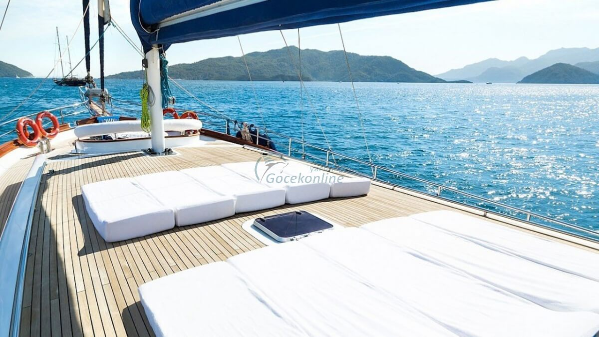 White Rose stands out as a Luxury alternative for you and your friends to enjoy the sea, sun and wind.